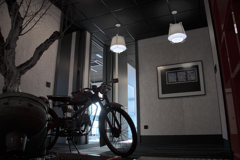 Lámparas ZONA 43 en blanco, iluminación vestíbulo y pasillos, oficina en Villaviciosa, Madrid.