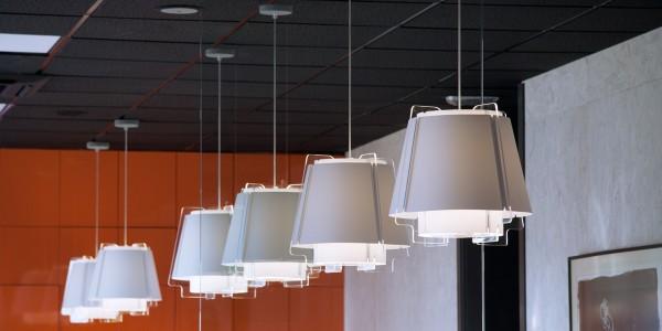 ZONA 43 lámpara de suspensión en blanco, proyecto de arquitectura, filas sobre zona de trabajo, oficina en Villaviciosa, Madrid.