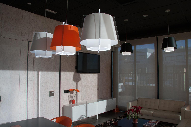 Lámparas ZONA 43 en blanco, negro y naranja, decoración sala de juntas, oficinas, empresa constructora, en Villaviciosa, Madrid.