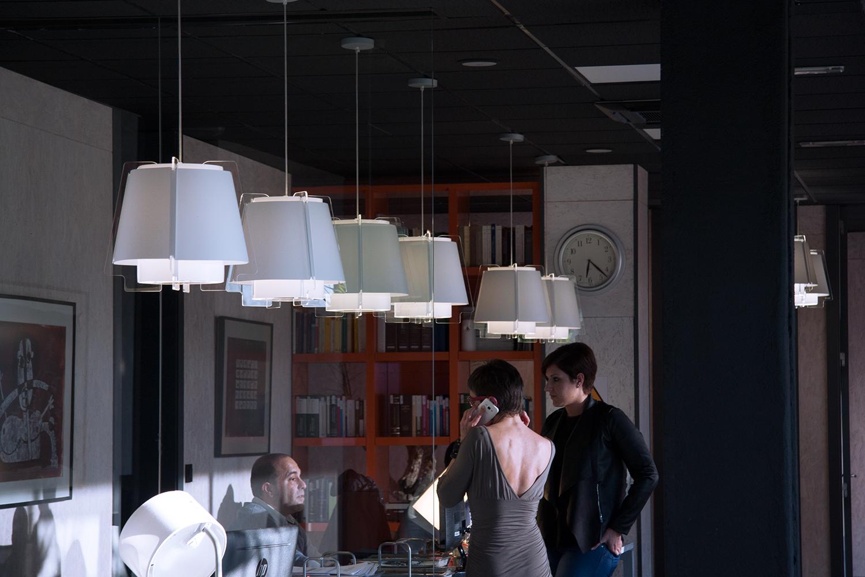 ZONA 43 lámpara de suspensión en blanco, hileras, decoración ambiente, proyecto arquitectura, espacio oficinas en Villaviciosa, Madrid.