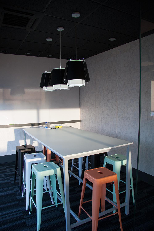 ZONA 43 lámpara de suspensión en negro, trío en hilera, zona de descanso, interiorismo oficina en Villaviciosa, Madrid.